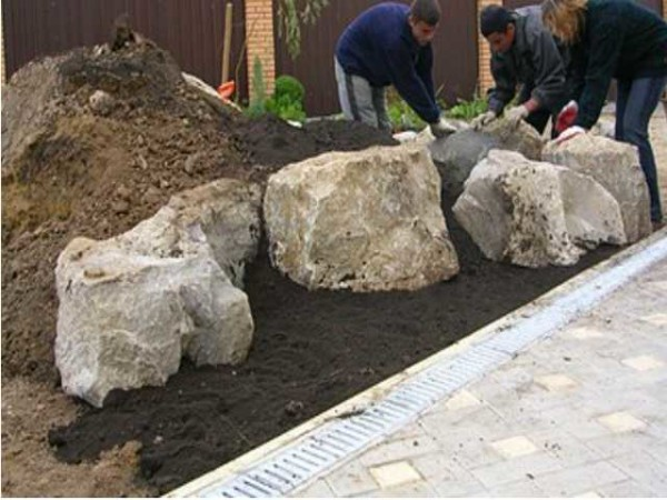 Внизу располагаются самые большие и тяжелые камни