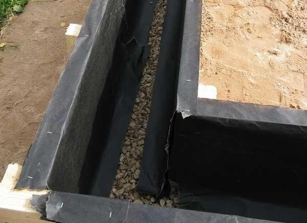 Для опалубки использованы доски 15050 мм, чтобы была возможность использовать их в дальнейшем, их оббили пергамином. После демонтажа опалубки (как бетон схватился) их разобрали и поставили как лаги пола