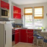 Рулонные или римские шторы на маленькой кухне - оптимальный вариант: места практически не занимают
