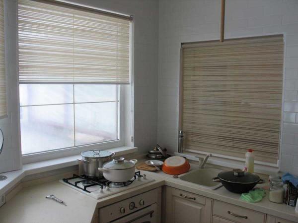 Рулонные шторы: в верхней части рамы крепится валик о шторами, который раскатывают, потянув за его нижнюю часть