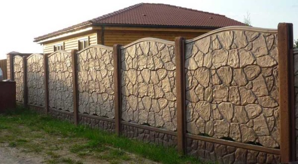Это - бетонное ограждение, хотя оно очень напоминает каменный забор