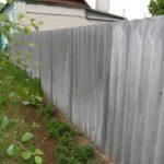 Волновой шифер тоже может быть использован для устройства ограждения с улицы или внутри двора