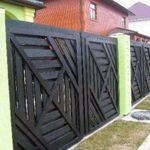Красивый деревянный забор состоит из собранных щитов с о сложным геометрическим узором