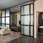 Японские мотивы - полупрозрачные раздвижные двери в темном переплете рамы