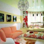 Веселый и жизнерадостный дизайн однокомнатной квартиры - однотонные стены и светлый пол, а акценты - перегородка из вертикальных жалюзи и текстиль