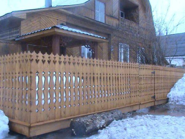 забор резной из дерева фото