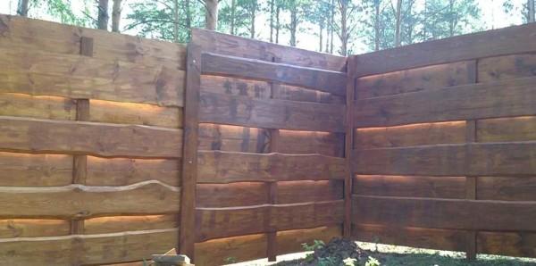 Постепенно, один за другим прогоном, складывается забор