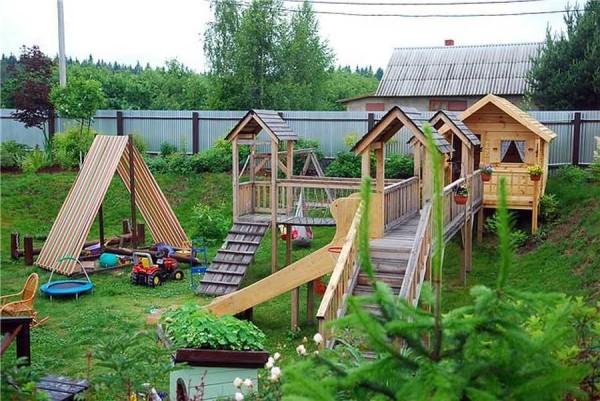 Для небольших детей идеальное покрытие на детской площадке -- газонная трава