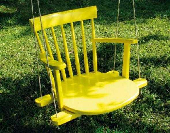 Старый стул на качелях - почему нет?