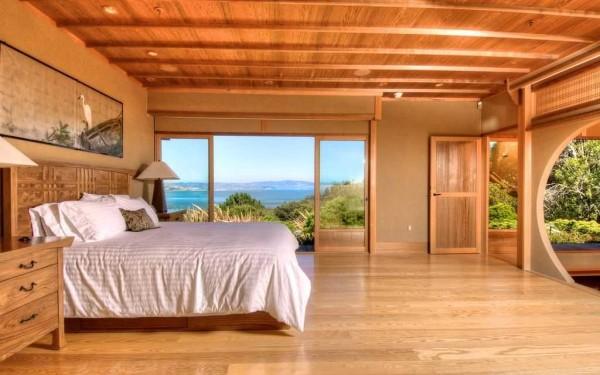Спальня в деревянном доме с элементами восточного стиля
