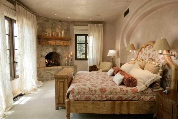 Спальня с камином. Перламутр на стенах и потолке на фото выглядит не очень, а в реальной жизни просто завораживает