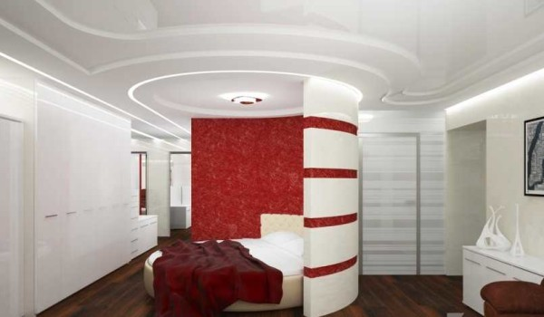 Спальня в этой двухкомнатной квартире почти не изолирована - ее отделяет от гостиной только полукгулая