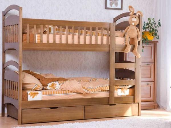 Две одинаковые кровати ставят одна на другую и скрепляют