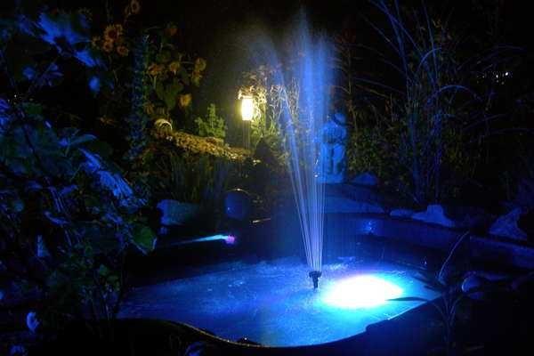 Этот фонтан сделан своими руками, как и подсветка: водонепроницаемый светодиодный фонарь с пультом управления