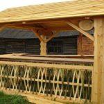 Необычно сделанная ограда для деревянной беседки