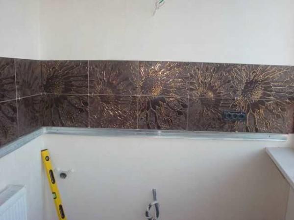Пример плиточного фартука на рабочей стене в кухне