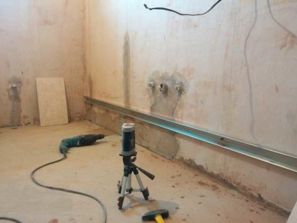 Если есть лазерный построитель плоскостей, работать намного проще