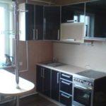 В этом варианте кухонный гарнитур сделан с фасадом из ДСП оклеенного пластиком