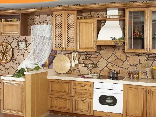 Пример компакт-винила. В кухонном интерьере эти обои смотрятся вполне органично