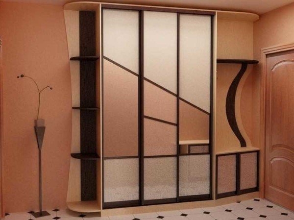 Шкаф-купе может занимать всю стену в прихожей