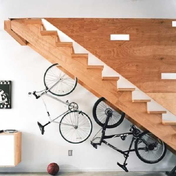 Под лестницей можно поставить велосипеды или коляску