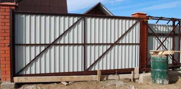 Эти ворота сделаны на основе готового комплекта, раму делали сами, также самостоятельно монитировали
