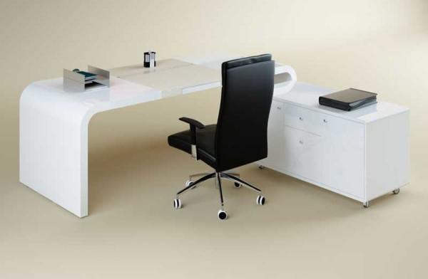 """Стол в виде буквы """"Г"""" удобен: можно разместить большое количество необходимой техники или документов"""