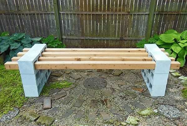 Скамейка из пустотелых блоков и бруса