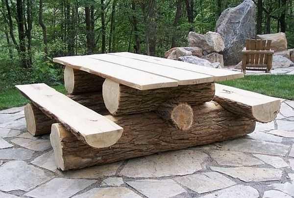 Стол со скамейками из бревен