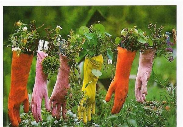 Висячие клумбы из перчаток