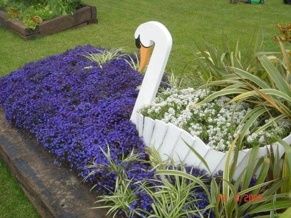 Цветник-лебедь из дощечек