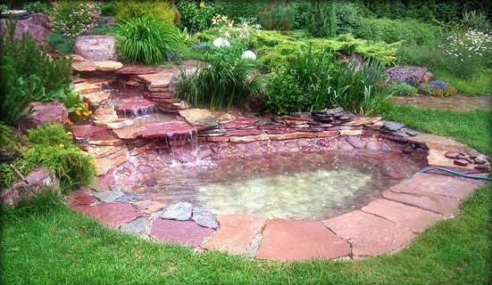 Красивый красный гранит, да еще и ручей. Это украшение сада потребовало терпения при устройстве и обошлось в приличную сумму