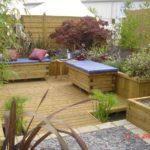 Уютный уголок для отдыха - скамейки деревянные, обтянуты цветным дермантином