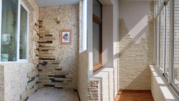 Комбинирование материалов в отделке балконов и лоджий