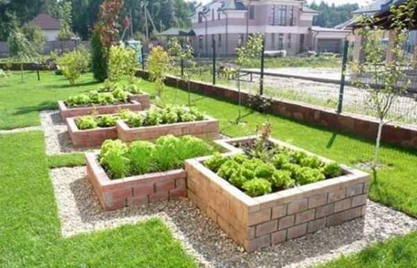 Кирпичные высокие грядки для декоративного огорода