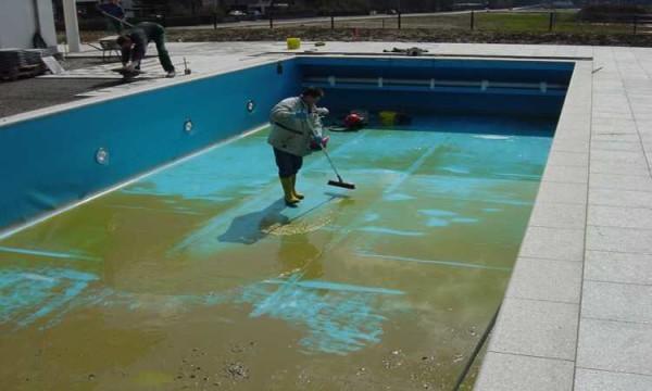 За большим бассейном нужен постоянный уход
