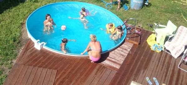 Вокруг бассейна можно сделать настил