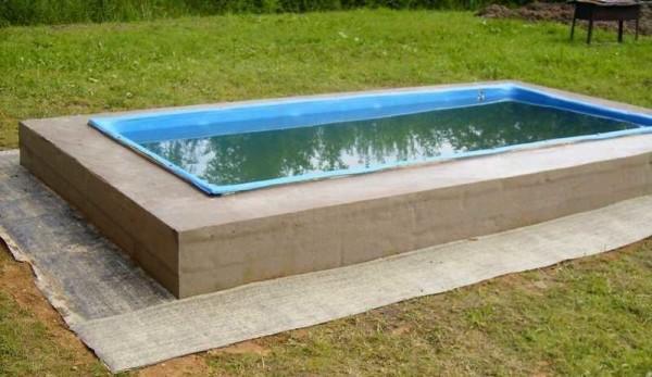 Рубероид уложен на выровненный грунт вокруг бассейна