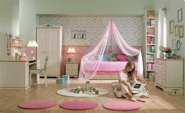 Над кроватью можно повесить фатин или органзу