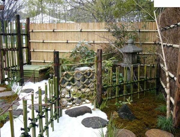 Традиционно используется бамбук. Небольшая оградка делается чрезвычайно просто. Бамбук еще хорош тем, что не гниет