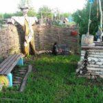 Плетень - неплохая ограда, а стиль поддерживает оформление колодца