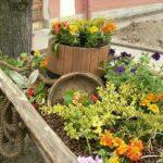 Многоярусная клумба в деревенском дизайне садового участка