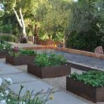 Высокие грядки в оформлении сада в стиле модерн