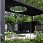 Необычная беседка: крыша с отверстием освещает небольшой прудик. По желанию передвинуть кресла можно в тень или на солнце