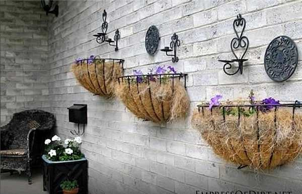 Вариант оформления стены - металлические корзины обложены джутовым волокном, внутри - грунт
