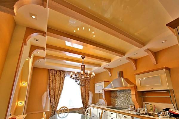 Комбинация деревянного и натяжного потолка
