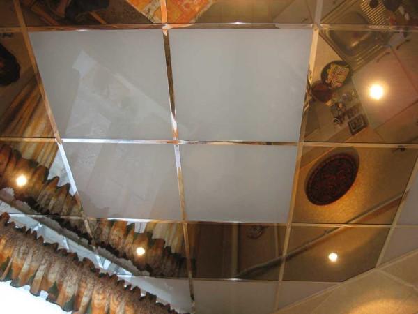 Пример кассетного потолка на кухне