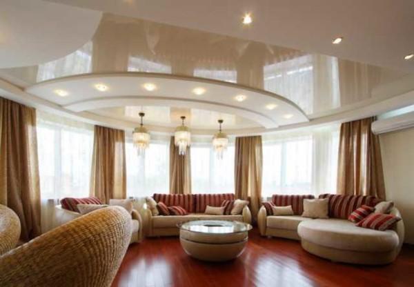 Красивые потолки - глянец за счет отражения делает гостиную гораздо просторнее