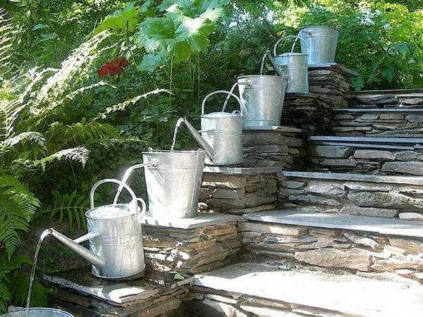 фонтан на даче своими руками из леек и вёдер