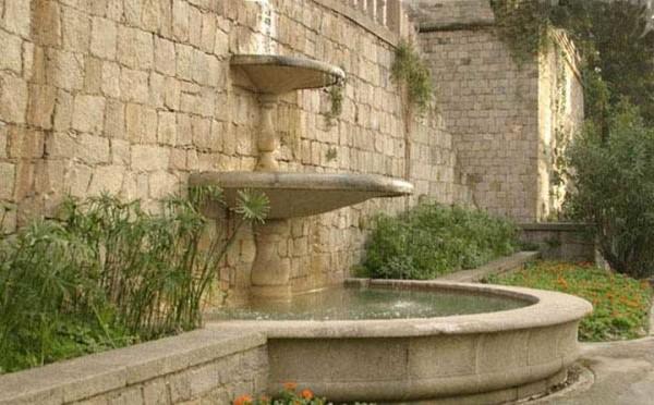 Классическое исполнение настенного фонтана